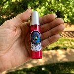 lip sérum dans main